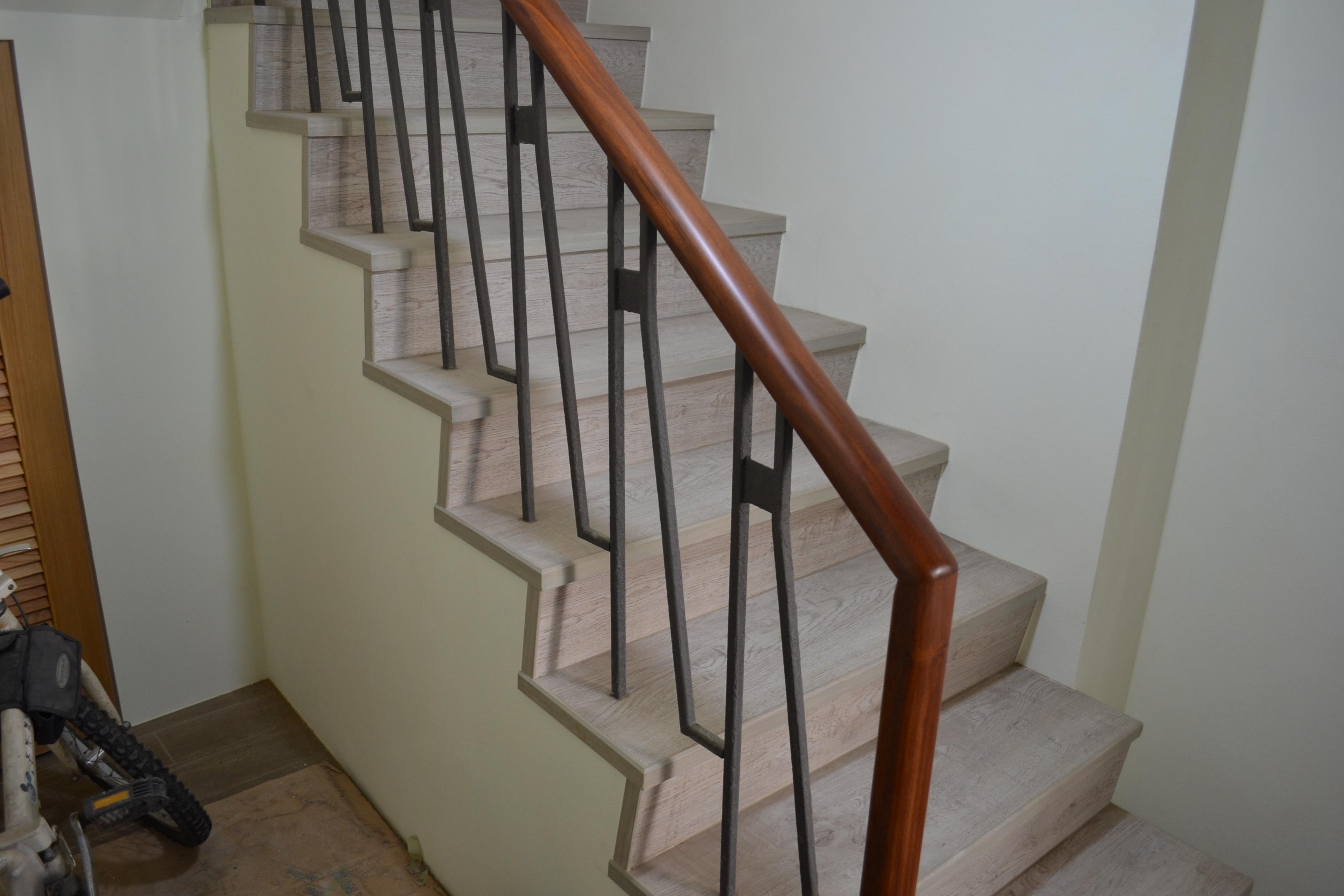超耐磨地板 碳化基材 宙斯 做樓梯踏面與立面。非洲柚木扶手本色(桃園大溪)