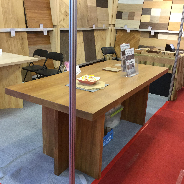 展出產品:超耐磨地板,原裝進口高密度纖維超耐磨地板,人字拼地板,樓梯踏板,碳化超耐磨地板,客製化地板:手刮紋,大倒角,橫鋸紋,環保漆,F1夾板